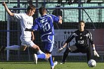 Brankář třetiligových fotbalistů Jan Satrapa (na snímku ze zápasu s Letohradem) je připraven zasáhnout při akci hostujícího Ondřeje Bíra, před kterým odkopává míč Michal Mašát.