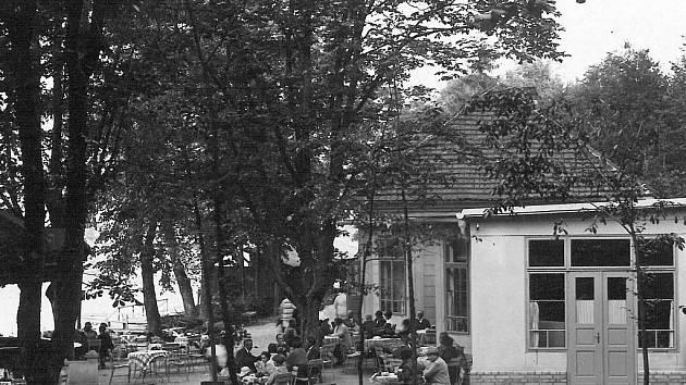 Restaurace pojmenovaná po dávném majiteli a její okolí jsou cílem procházek mnoha Písečanů. Rádi sem chodili i houslový pedagog Otakar Ševčík nebo básník Adolf Heyduk. Snímek byl pořízen v třicátých letech minulého století.