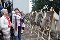 Portréty, jejichž autorem byl akademický malíř František Roman Dragoun, si zájemci mohli prohlédnout na výstavě jednoho dne, kterou Prácheňské muzeum v Písku uspořádalo na parkánech hradu nad řekou Otavou.