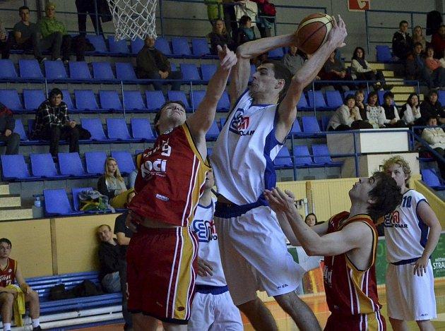 Písecký Šimon Běle (na snímku vlevo ze zápasu Sršňů se Strakonicemi) se dobrým výkonem podílel na dvou výhrách mužstva Písku v zápasech druhé ligy basketbalistů.