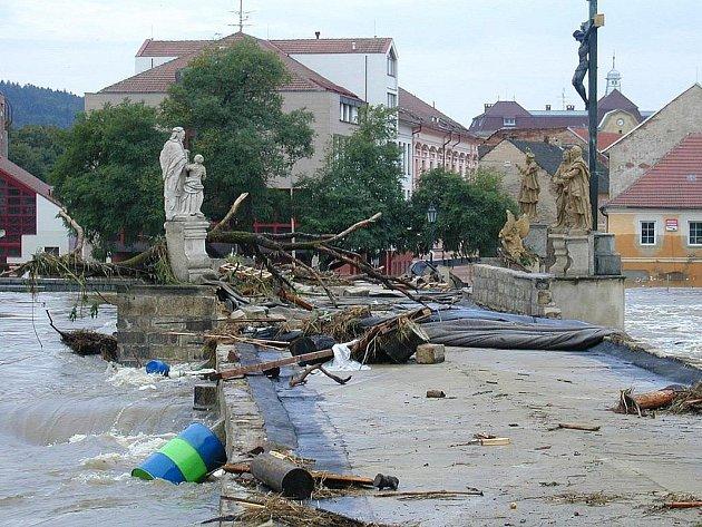 Takhle vypadal Kamenný most po povodni v roce 2002.