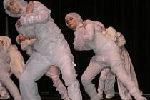 """Na festivalu Slunovrat se představí také Taneční centrum Z.I.P. z Písku. Na archivním snímku vidíme zipáckou skladbu """"Mumie""""."""