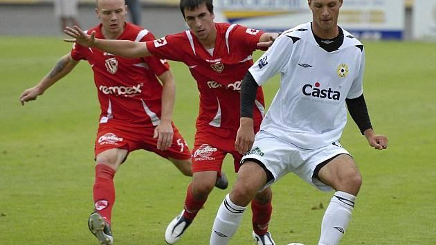 Domácí útočník Adam Klavík (vpravo) si kryje míč před dotírajícím Janem Řezníčkem v utkání minulého kola třetí ligy, ve kterém fotbalisté Písku podlehli Pardubicím 0:1.