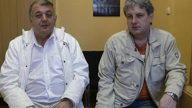 Předseda píseckého oddílu házené Rudolf Žaba (vlevo) a manažer Michal Horák věří, že interligové družstvo žen v nadcházející semifinálové sérii play off potrápí tým Slavie co nejvíce.