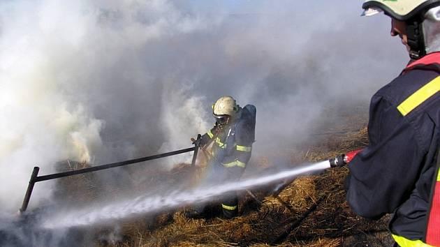 Hasiči - zásah při požáru sena