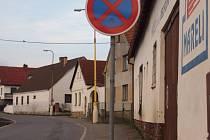 Jeden ze zákazu zastavení na silnici vedoucí k vlakovému nádraží.