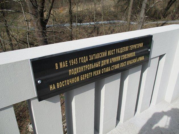 Pamětní desky na Zátavském mostě.