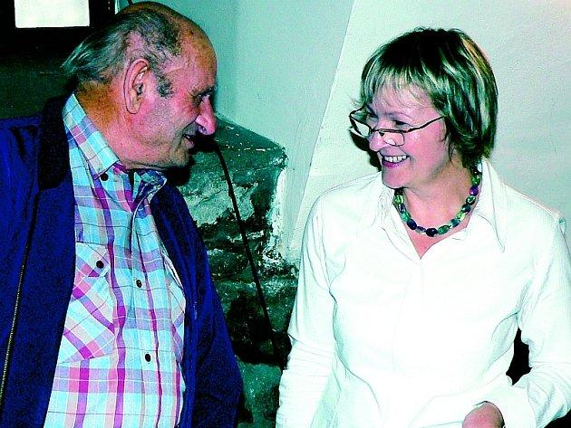 Václav Vlna, na snímku s Lenkou Havrdovou z oddělení regionálních služeb městské knihovny.