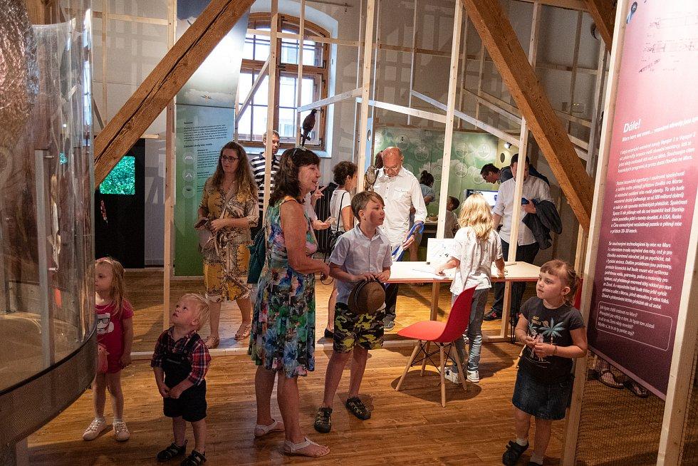 Vernisáž výstavy Leťme vysoko v písecké dětské galerii Sladovna.