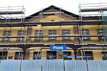 Probíhající rekonstrukce objektu výpravní budovy píseckého nádraží