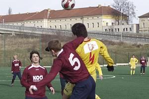BEZ BRANEK. V sobotním přípravném utkání remizovali fotbalisté Písku s Příbramí B 0:0. Na snímku z tohoto zápasu je v hlavičkovém souboji domácí Kosobud (č. 5) se Štochlem, vlevo všemu přihlíží Kokštejn a za ním ještě Janouch.