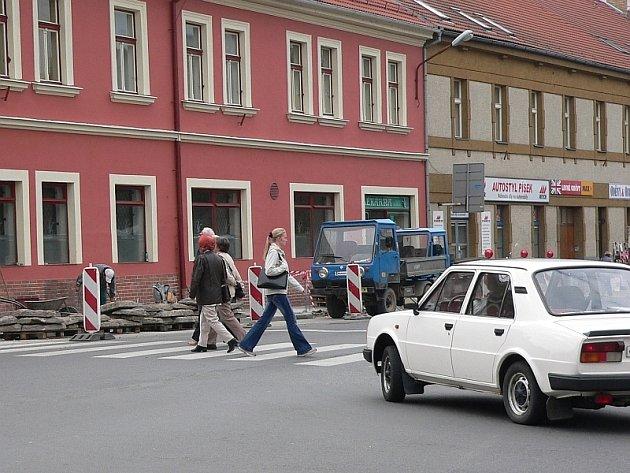 Rekonstrukce chodníku na křižovatce u gymnázia.