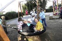 V pátek bylo otevřeno rekonstruované dětské hřiště Na Sadech.