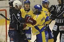Takto se do sebe pustili domácí Zdeněk Šperger (vpravo) a hostující Jonáš Fiedler v minulém zápase 1. hokejové ligy Písek- Beroun, ve kterém hosté zvítězili 3:2 po samostatných nájezdech. V pondělí přivítají Písečtí na svém stadionu celek Litoměřic.