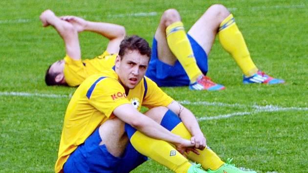 ZAŽILI ZKLAMÁNÍ. Fotbalisté Písku museli v Domažlicích skousnout hořkost porážky. O body přišli v samotném závěru. Vpředu smutek prožívá Václav Milec, za ním leží Martin Voráček.