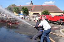 Při poslední praktické ukázce byl proud vody tak mocný, že Tomáši Pavláskovi, veliteli SDH Dolní Bukovsko, musel pomáhat zástupce velitele albrechtických hasičů Stanislav Švehla