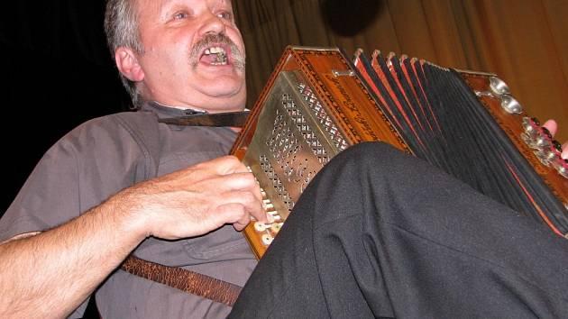 KOUZLO  HELIGONEK. S tradičním nástrojem z hospůdek se předstsavil také Karel Novák z Jistebnice.