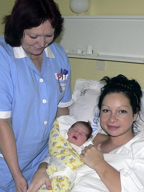 Šťastná maminka s Aničkou a dětskou sestrou Zdenou Špeldovou.