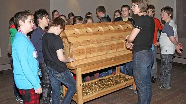 Dotykový  modelu relikviáře sv. Maura vystavený  v Prácheňském muzeu představuje žákům píseckých škol Alena Švehlová ze zámku Bečov nad Teplou. Na snímku je pouze dřevěná část relikviáře bez ozdob