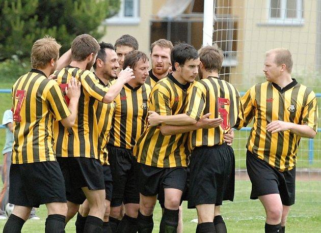Milevští fotbalisté se radují z úvodního gólu v posledním zápase letošního ročníku divize, jehož autorem byl Martin Škulina. Nakonec ale Milevsko zvítězilo nad Tachovem 2:0.