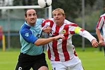 Domácí kanonýr Jan Zušťák (vpravo) bojuje o míč s hostujícím Danielem Kaplanem ve středečním utkání vloženého kola České fotbalové ligy, ve kterém mužstvo FC Písek zvítězilo nad týmem SK Hlavice 4:1.