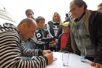 Fotbalista Jan Koller rozdává autogramy.