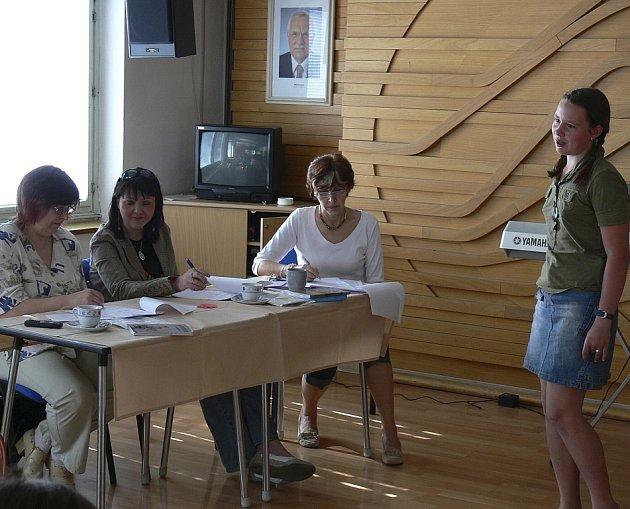 Porota pozorně poslouchá soutěžící Jitku Máchalovou.