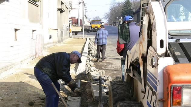 CHODNÍKY. V Mírové ulici v Protivíně  včera zaměstnanci  písecké firmy Václav Hubáček využili příznivého počasí a pokračovali v dláždění chodníku.