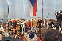 Nevidomá Nicol na pódiu na Letné v doprovodu Kovářovských žen a dívek.