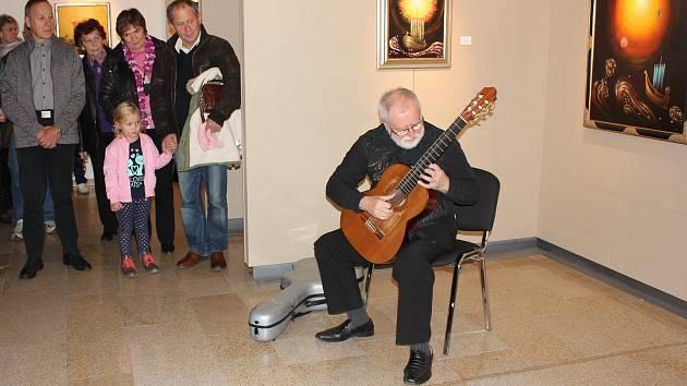 Výstavu obrazů Václava Švejcara zahájila jeho manželka Michaela Švejcarová s kytarovým virtuosem Štěpánem Rakem a kurátorkou Věrou Englichovou.