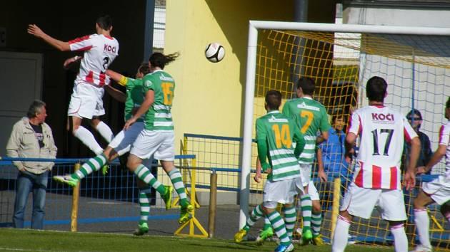 Domácí hráč David Kubiš hlavičkuje míč na soupeřovu branku v sobotním derby ve fotbalové divizi, ve kterém Písek překvapivě prohrál s Čížovou 1:2.