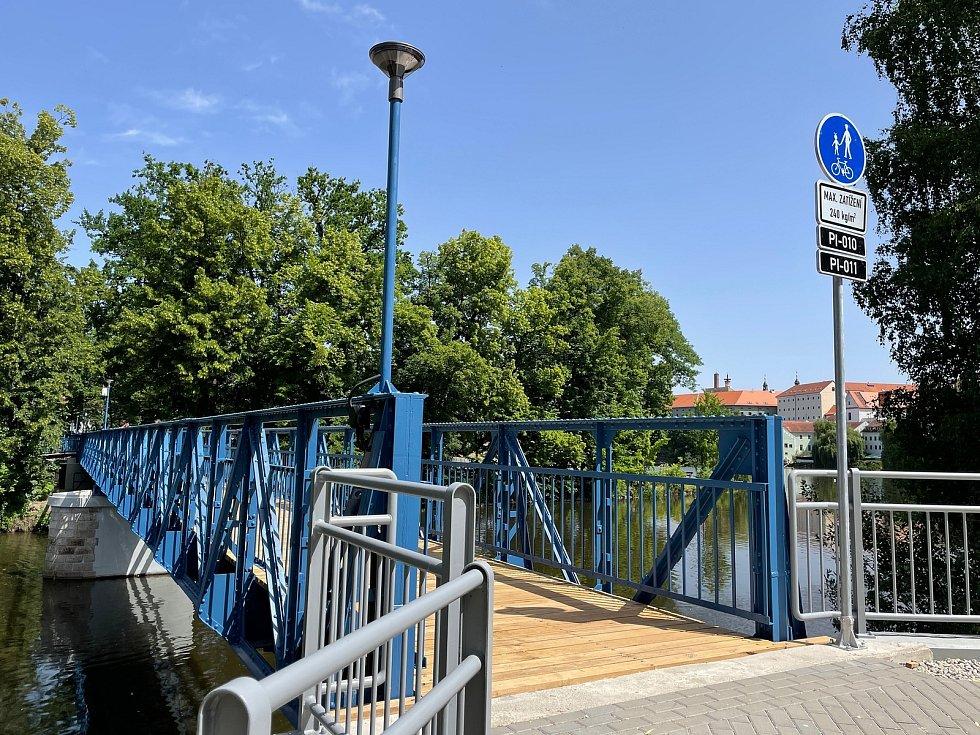 Lávka přes Otavu září novotou, v částečném provozu už je i restaurace na městském ostrově.