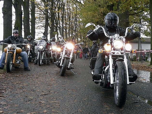Na snímku jede Generál vpravo na motorce Suzuki VS 1400, r.v. 1999.