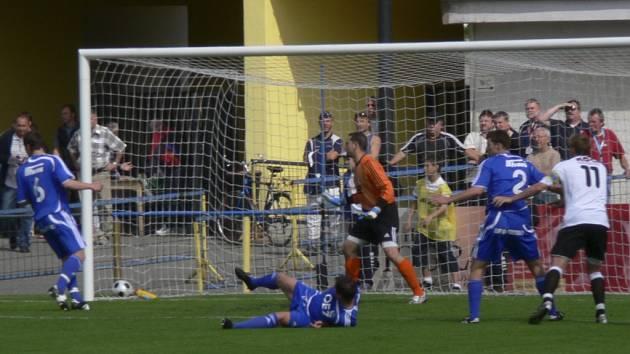 Ani z této šance písecký kapitán Jan Zušťák brankáře hostí Kykala nepřekonal. V utkání třetí fotbalové ligy remizoval Písek s Letohradem 0:0.