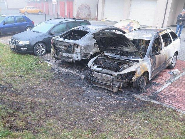 Požár aut v Písku.