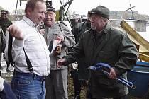 Starosta Křenku Jaroslav Novák vyhlížel velmi překvapeně, když mu Švejk (starosta putimských hasičů Miloslav Uhlík) oznámil, že se má ve vlastním zájmu svléct, protože bude pasován. Vpravo Jaroslav Šípek s právem rybářským v ruce.