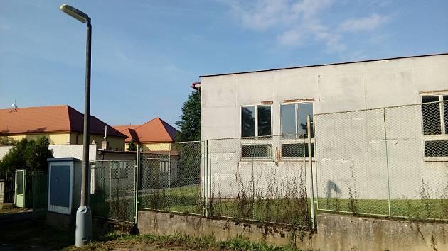 Budovy dílen v areálu ZŠ Mirovice.