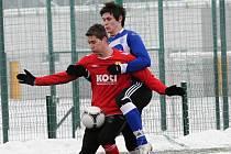 Lukáš Šlehofer (v červeném) patří k oporám třetiligových fotbalistů FC Písek.