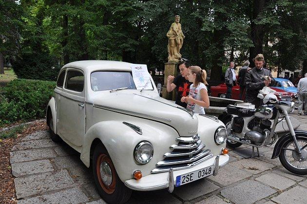 Písecká jízda historických vozidel.