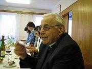 Kardinál Miloslav Vlk v pondělí sloužil mši v Chyškách, poté byl pozván na obecní úřad.