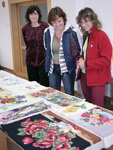 Na snímku si výstavku prohlíží (zleva) Eva Zborníková,  Zuzana Novotná a Marcela Hrnečková.