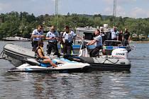 Bezpečnost na vodě - preventivní akce policie na orlické nádrži. Po tragické nehodě vodního skútru a motorové pramice na hladině Orlíku se zpřísnila pravidla pro pohyb plavidel.