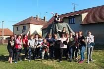 V sobotu se konala zkouška  tance dívčí družiny. Ženy  na  snímku si  zkouší výpad s vařečkou a pokličkou před kopcem Kříp na návsi v Křenovicích.