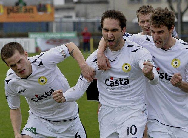 Tomáš Linhart (vlevo) se raduje z prvního vstřeleného gólu svého týmu spolu s jeho autorem Michalem Polodnou (uprostřed) a Michalem Mašátem. To ještě Tomáš netušil, že svým pozdějším gólem potvrdí výhru Písku nad Sezimovým Ústím 3:0.