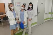 Studentky písecké zdravotnické školy na výpomoci v Očko centru.
