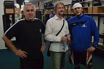 Zleva stojí trenér A-týmu IHC Písek Karel Slabý, předseda klubu Zdeněk Šťastný a gólman a trenér Václav Pipek.