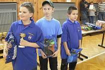 Na snímku jsou tři nejlepší závodníci v kategorii mladších žáků na halovém závodě v rybolovné technice v Písku. Vlevo stojí vítězný Hynek Nešvara z Písku, uprostřed je druhý Petr Vodička z Husince a vpravo třetí Vojta Humpál z Písku.