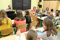 Žáci z Husovky už nacvičují koledy.