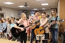 Žáci z Tylovky potěšili klienty Diakonie.