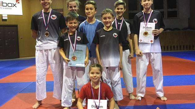Úspěšní závodníci SKP karate Písek.